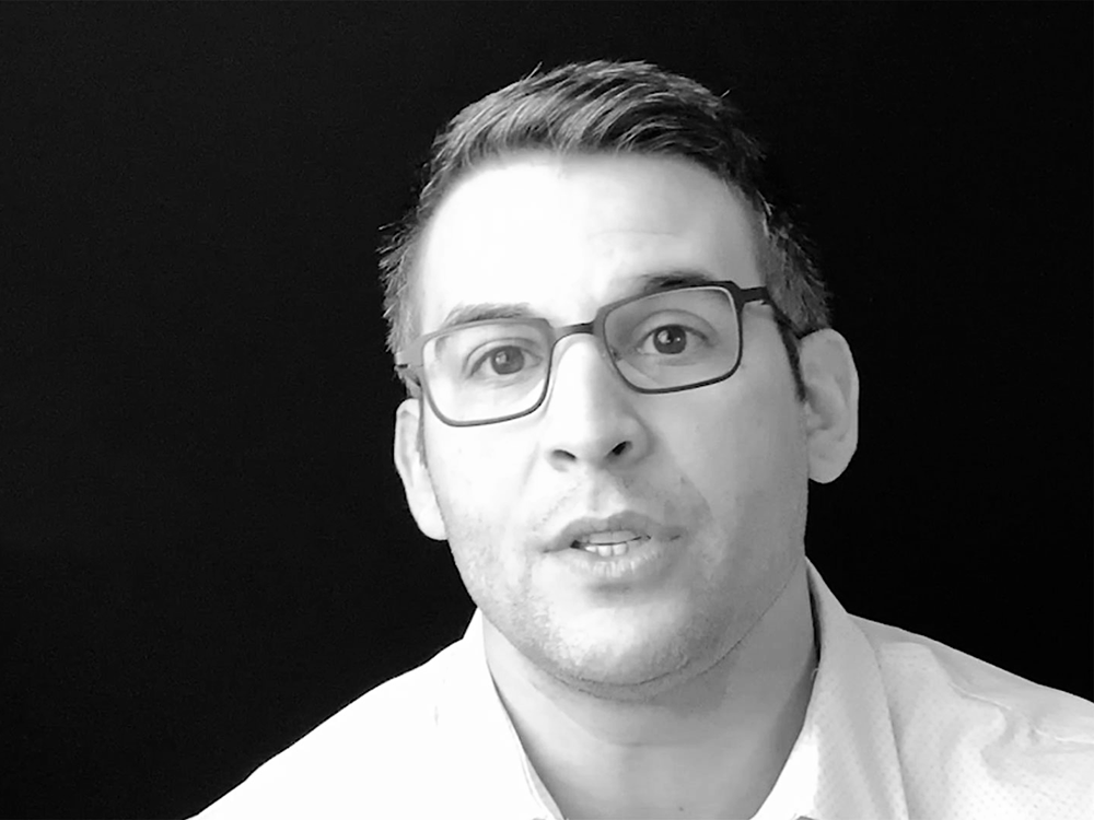Black and white image of Agile consultant Erkan Kadir describing synchronicities between Agile and ORSC